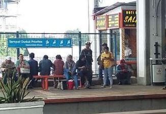 Kios di salah satu sudut Peron Stasiun KA Depok Baru, ketika masih beroperasi.