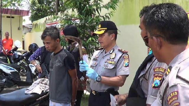 : Pelaku Samsul saat digelandang ke Mapolsek Kraksaan, dan diintrogasi Kompol Budi Harianto