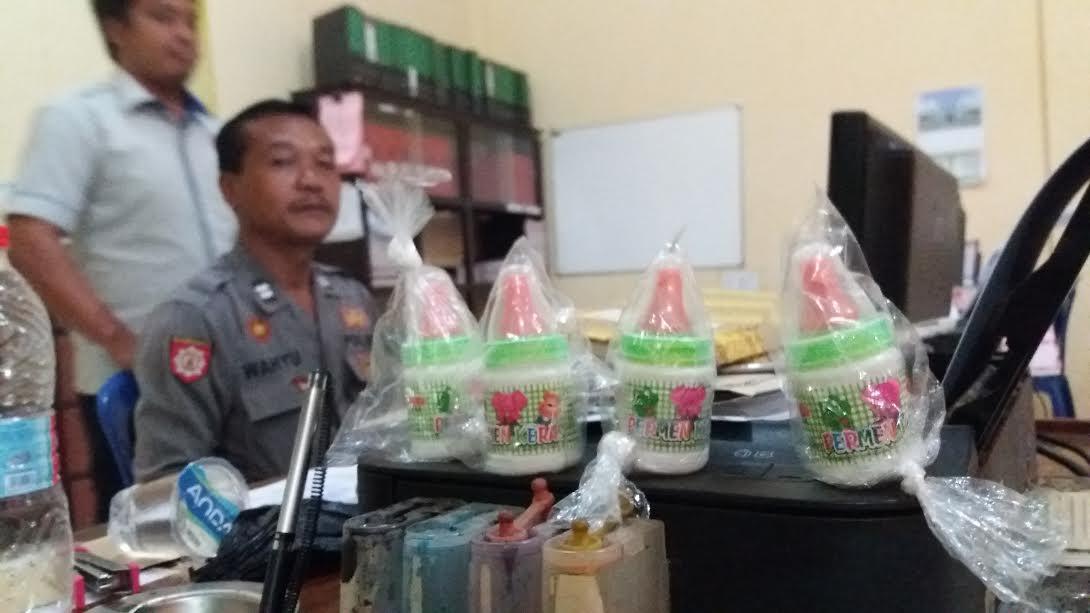 petugas berhasil mengamankan puluhan permen dot berwarna hijau,   yang dijual oleh salah seorang pedagang PKL   yang biasa mangkal dilingkungan  SDN 1 Curah Jeru, Kecamatan Panji, Situbondo, Jawa Timur tersebut.