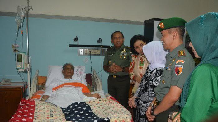 Pangdam V Brawijaya, I made Sukadana menjenguk KH. Hasyim Muzadi di Rumah Sakit