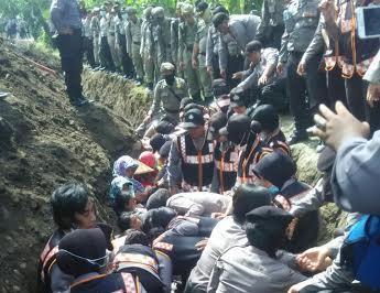 Para ibu yang melakukan aksi di evakuasi paksa oleh belasan Polwan dan aparat gabungan dari lubang galian listrik tegangan tinggi