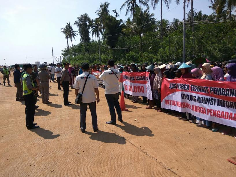 Warga melakukan aksi unjuk rasa, di sekitar area pembangunan PLTU, Jumat (10/03).