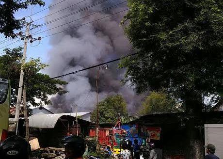 Pabrik pengolahan kayu PT. Milenia Furniture Industries II di Jalan Raya Desa Coban Blimbing, Kecamatan Wonorejo, Kabupaten Pasuruan, Jawa Timur,  terbakar, Jumat (10/3)
