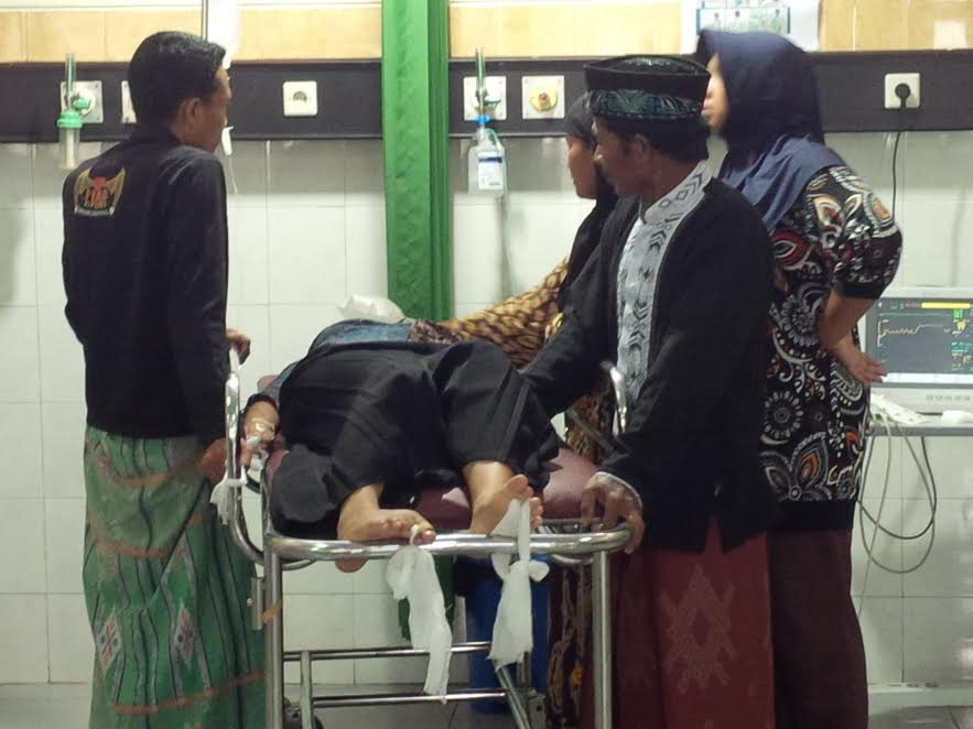 Yuliba perempuan berusia 18 tahun, warga Desa Mentor, Kecamatan Sumberasih, Kabupaten Probolinggo, kritis dan harus dirawat di ruang instalasi gawat darurat rumah sakit Tongas, Jumat (10/3).