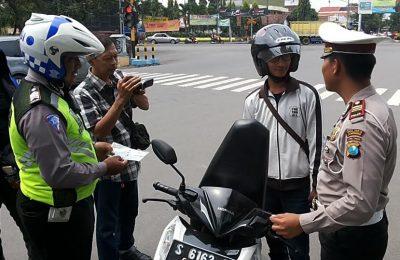 : Pelanggar lalu lintas saat mendapat arahan Kasat Lantas Polres Jombang, AKP Inggal Widya Perdana terkait sistem e-tilang. (zulkarnain)