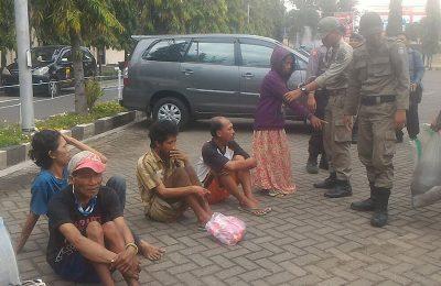 Para orang gila yang dirazia petugas gabungan di Situbondo. (foto: fat)