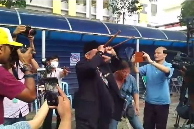 Raja Bomoh Sedunia Nujum VIP kembali melakukan ritual didepan kamar mayat/ TheStar