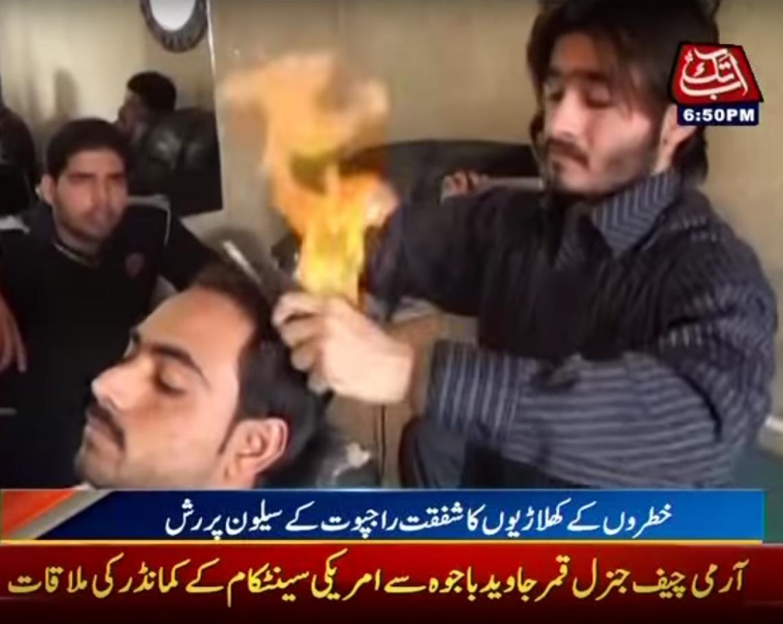 Shafqat Rajpoot memotong rambut memakai api menyala