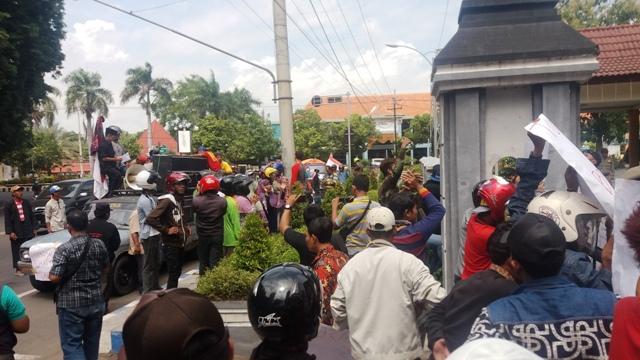 Ratusan warga Desa Kotakan Kecamatan Situbondo, Kamis (2/3)  mendatangi Kantor Pemkab  dan Kantor DPRD Kabupaten Situbondo. Mereka menuntut Pemkab Situbondo, untuk  segera mencabut izin menara telekomsel  yang berdiri di kawasan lingkungannya
