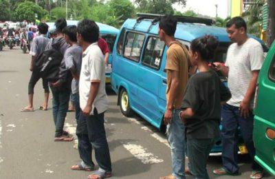 Ratusan penumpang angkot telantar gara-gara sopir angkot mogok masal. (foto:ltf)