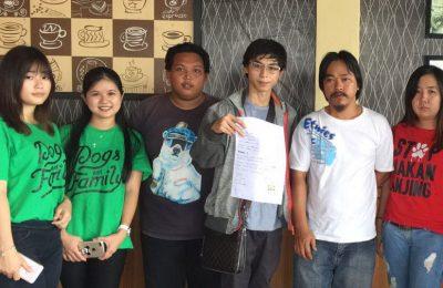 Bryan Wijaya alias Ryan (nomor 3 dari kanan) membantah dirinya menelantarkan anjing peliharaannya. (foto: das)