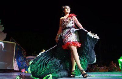 Seorang model memeragkan baju yang terbuat dari bahan sampah. (foto: ric)