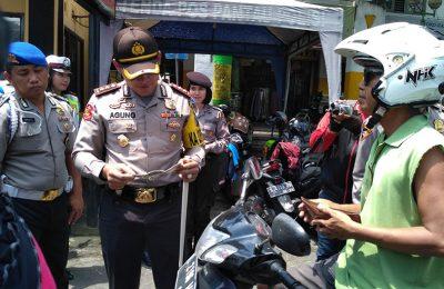 Kapolres Jombang, AKBP Agung Marlianto, saat memriksa surat kendaraan dikahir Operasi Simpatik Semeru 2017.(foto: zulkarnain)