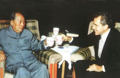 Mao Zedong dan presiden AS Richard Nixon dalam acara bincang minum teh