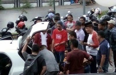 Tim Satnarkoba Polres Bintan sedang memeriksa barang bukti narkoba yang di simpan di mobil tersangka