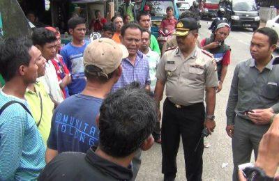 Polisi bubarkan demo sopir angkot. (Ltf)