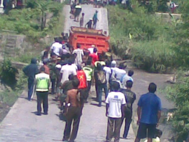 Masyarakat dibantu petugas Polsek Gandusari, akhirnya melakukan evakuasi truk yang  terguling di sabo dam dialiran lahar sungai putih, Desa Sumberagung, Kecamatan Gandusari, Kabupaten Blitar