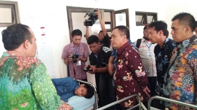 Wabup Yoyok Mulyadi, saat menjenguk bocah penderita penyakit aneh di RSU Situbondo