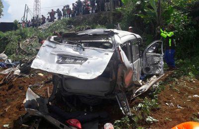 Salah satu mobil Toyota Avansa yang ringsek setelah ditabrak bus pariwisata. (foto: istimewa)