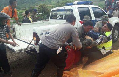 Petugas sedang melakukan evakuasi korban kecelakaan di Jalan Raya Puncak, Ciancur.(foto: istimewa)
