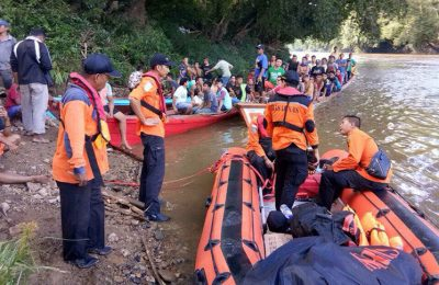 Tim SAR gabungan melakukan pencarian di lokasi kecelaakaan speed long boat.(foto: das)