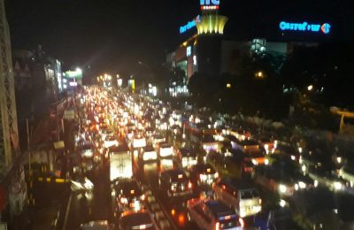 Jalan Margonda di depan Terminal Depok mengalami banjir parah, Senin (10/4) yang membuat lalu lintas macet. (Ist)