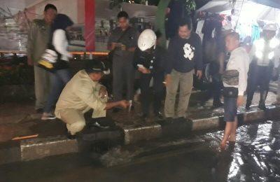 Wakil Walikota Depok Pradi Supriatna melihat langsung kondisi Jalan Margonda di depan Terminal Depok yang banjir dan macet parah.