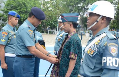 Komandan Pangkalan Utama TNI Angkatan Laut (Danlantamal) III Jakarta Laksamana Pertama (Laksma) TNI Muchammad Richad, SH, MM dalam upacara pemecatan salah satu anggotanya.