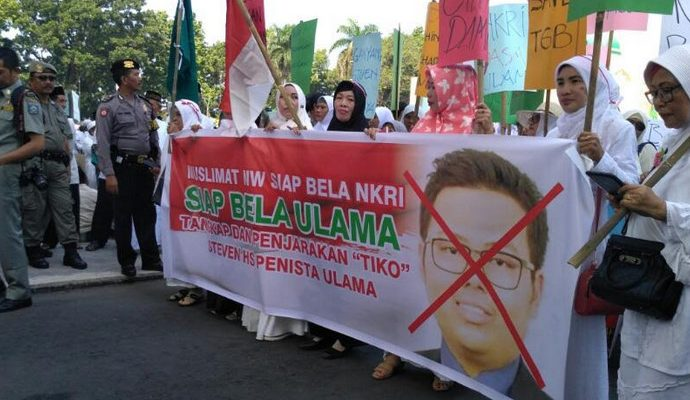 Warga NTB berdemonstrasi menuntut penghina gubernur ditahan.
