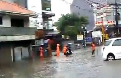 Banjir di kawasan Jalan Fatmawati, Jakarta Selatan, Rabu (26/4). (foto: han)
