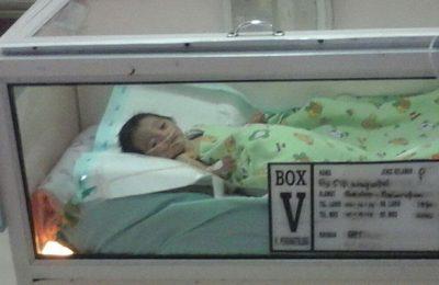 Bayi Khusnul Khotimah yang lahir dengan kondisi organ di luar pusar akhirnya meninggal (foto: fat)