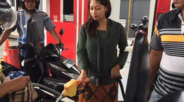 Petugas SPBU layani pelanggan dengan pakaian jadul. (foto: yos)
