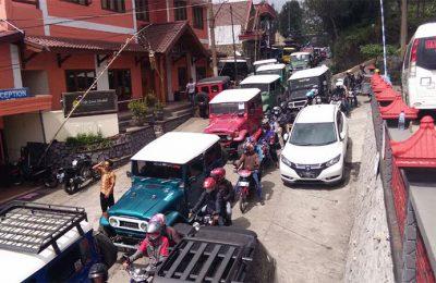 Kendaraan roda empat dan roda dua memadati jalan di pintu masuk Gunung Bromo. (Foto: dic)