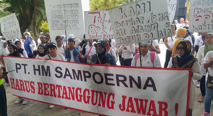 Ratusan eks-karyawan KUD Sumberejo, saat ngelurug kantor Dewan. (foto : abd)