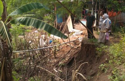 Tanah di depan rumah warga  di Karawang amblas akibat pergeseran tanah. (foto: try)