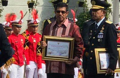 Bupati Halmahera Selatan (Halsel), Bahrain Kasuba menerima penghargaan langsung dari Menteri Hukum dan HAM Yasonna Laoly saat upacara Hari Bhakti Pemasyaraktan, Kamis (27/4)