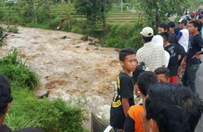 Di sungai ini lah enam siswa hanyut saat melakukan outbond. (foto: yos)