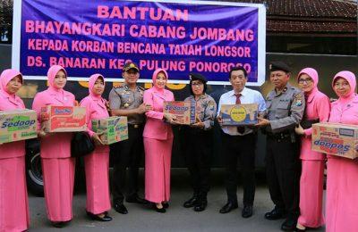 Kapolres Jombang, AKBP Agung Marlianto, bersama anggota dan Bhayangkari, sebelum berangkatkan bantuan  ke korban longsor Ponorogo. (foto: zul)