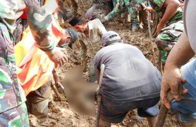 Penemuan korban longsor di Ponorogo. (foto: istimewa)