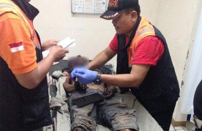 Polisi melakukan pemeriksaan dan identifikasi mayak korban ranjau Endang Nurdin. (foto: lea)