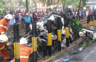 Kondisi mobil Daihatsu Xenia usai ditabrak KA Mutiara Timur di Jalan Ahmad Yani, Surabaya. (foto: istimewa