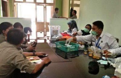 Suasana tes urine Satpol PP Provinsi NTB. (foto: zxy)