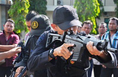 Anggota Polres Situbondo, mengikuti pelatihan perlawanan teror (Wanteror) dan pelatihan penjinak bom (Jibom). (foto: fat)