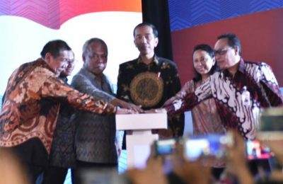 Presiden Jokowi didampingi Menteri Pekerjaan Umum dan Perumahan Rakyat (PUPR) Basuki Hadimuljono meresmikan Rumah Pekerja Villa Kencana Cikarang, Kabupaten Bekasi, Jawa Barat.(foto: istimewa)
