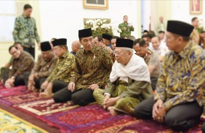 Presiden Jokowi, Wapres Jusuf Kalla, Ketua Umum MUI Ma'ruf Amin, dan peserta lain dalam acara Buka Puasa Bersama di Istana Kepresidenan Bogor, Jawa Barat, Senin