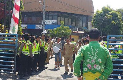 Ratusan warga mendatangi lokasi pabrik