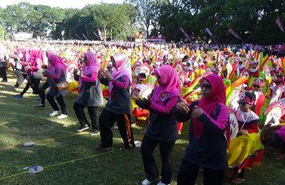 Pagelaran tari Jaran Bodag oleh ribuan siswa TK di Kota Probolinggo. (foto: mrh)