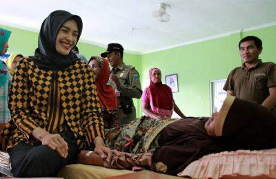 Bupati Probolinggo Puput Tantriana Sari, ketika mengunjungi Ratnawawti, di rumah sakit Waluyo Jati Kraksaan Probolinggo.(foto: dic)