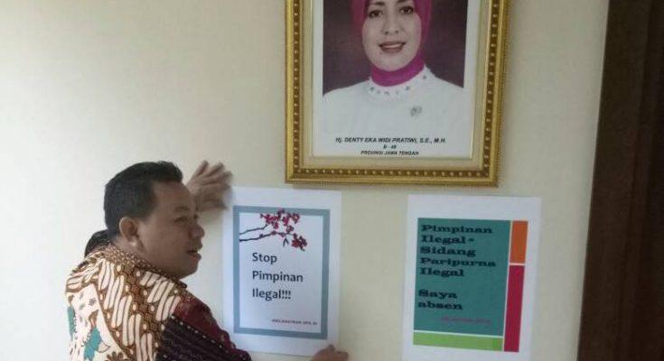 Pada saat penempelan pamflet terjadi, Sidang Paripurna (RP) sedang berlangsung di Ruang Nusantara V dipimpin oleh Osman Sapta Odang, Nono Sampurno dan Damayanti Lubis. Para Senator yang menempelkan poster menyatakan tidak bersedia mengikuti RP yang menurut mereka dipimpin oleh Pipinan DPD ilegal.