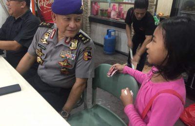 Irejen Ike Edwin berbincang dengan gadis kecil penjual otak-otak di Bandar Lampung